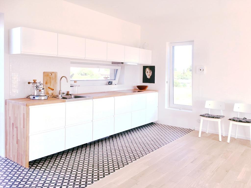 Küchenfront weiß mit Zementfliesen